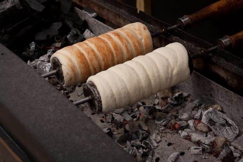 Kürtőskalács (masa dulce con forma cilíndrica)