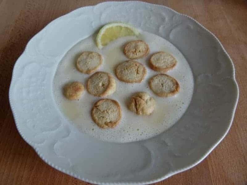 Koldskål med kammerjunker (sopa fría de suero de leche con galletas)