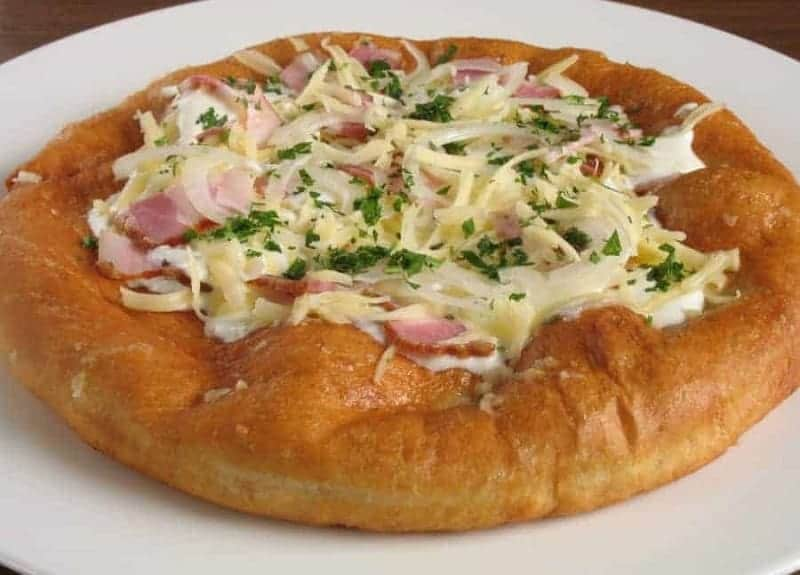 Lángos (pan frito con crema agria y queso)
