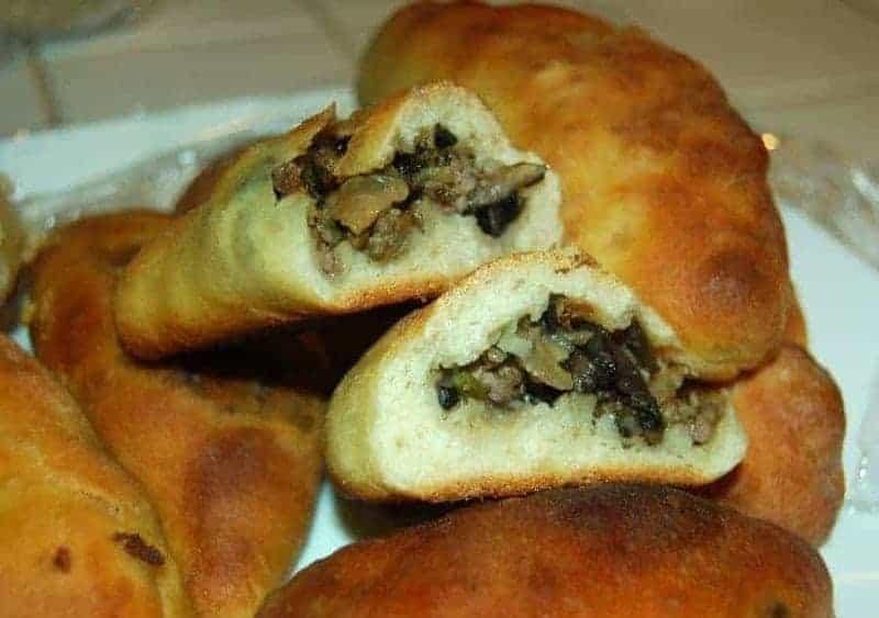 Pirozhki (pasteles de hojaldre rellenos de carne)