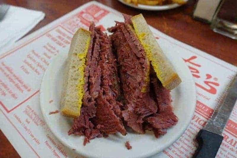Sándwich de carne ahumada de Schwartz's Deli
