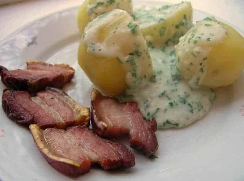 Stegt flaesk med persillesovs (trozos de cerdo con patatas y salsa de perejil)