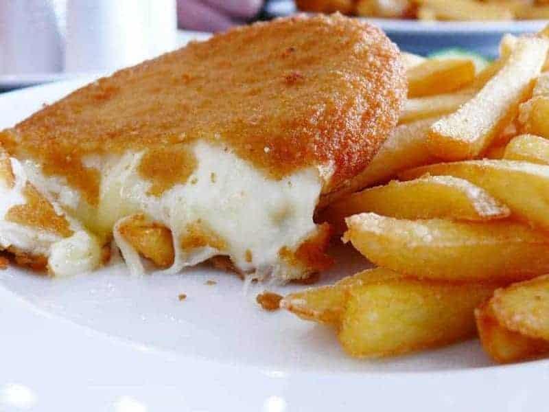 Vyprážaný syr (queso frito con patatas fritas y salsa tártara)