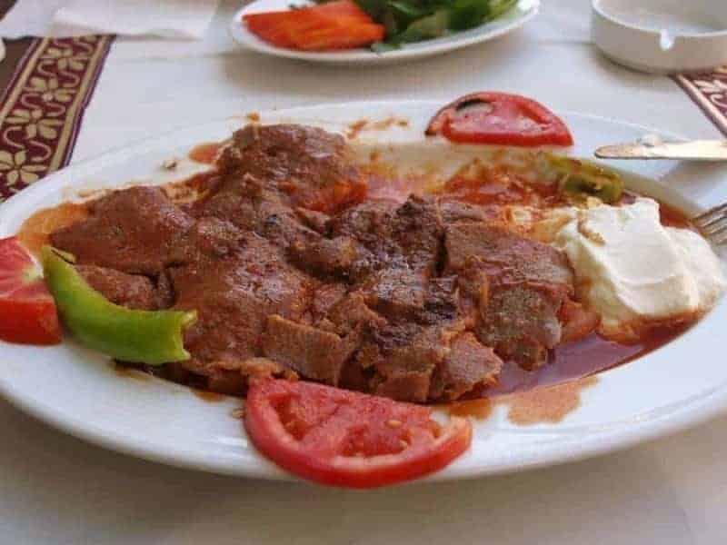 Kebab Iskender (tiras de cordero)